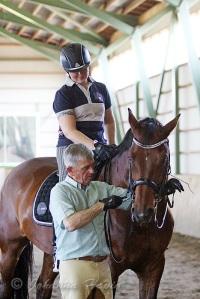 Tässä kuvassa eversti Carde opettaa hevoselle asettumista ja leuan rentouttamista maasta käsin. Ratsukko on Niina Kirjorinne ja Capital.