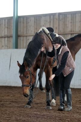 Chapri harjoittelee pään laskemista Sallan kanssa.